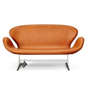Svanesofaen, eller model 3321, er designet af Arne Jacobsen i 1958 og anses som værende en nytænkende 2-personers sofa grundet dens kurvede former og ingen rette linjer.