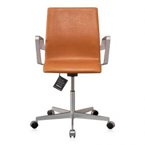 NY Arne Jacobsen Oxford kontorstol med lav ryg Alaska Cognac