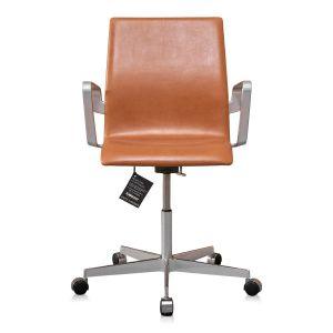 NY Arne Jacobsen Oxford kontorstol med lav ryg Legance Cognac